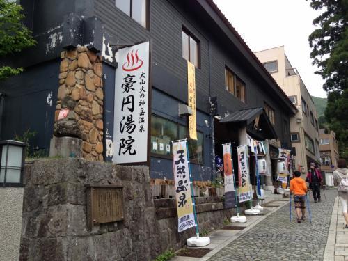 小雨の降る中、大山の大山寺へお参りだ。参道の石畳を30分ほど歩くとようやく大山寺の入り口に着く。これもしんどかったなぁ。