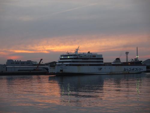 夕焼けを背にし<br />今晩 乗船するジャンボフェリーが高松に入港