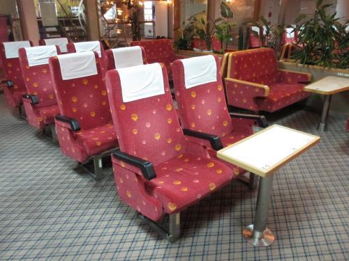 リクライニングシートの座席には<br />各席にコンセントも設置されている<br />