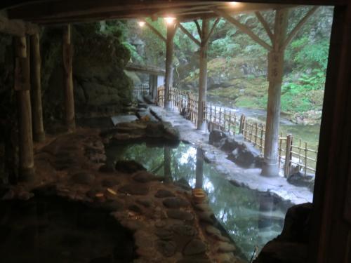 谷底の渓流に面した素晴らしい雰囲気の岩風呂!