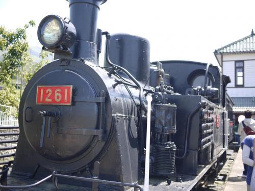 加悦SL広場に立ち寄りました。<br />朝から3時間くらい車に乗っていたので、目的地はもうすぐですが、ランチ休憩です。<br />電車大好き2歳児が喜ぶかな、とやってきました。<br />昔の蒸気機関車など車両が30台くらいありました。