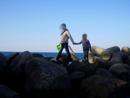 お父さんとお兄ちゃんは、魚を捕まえたりしたかったのですが、手頃な岩場は見当たらず、海辺をぶらぶら。<br />潮風が心地よかったよ。