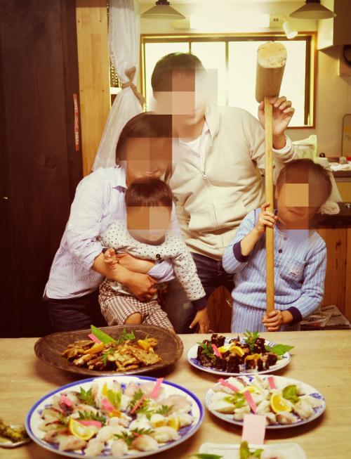 朝から握り寿司三昧完成!!<br />大人は握り寿司を一緒に作ったりしましたが、こどもたちは広いお部屋でやりたい放題。<br />お兄ちゃんは杵を出してくるし、弟はキッチンで脚立に色々のせたり空き箱出したり入れたり。<br />それぞれ自由に。おばあちゃんのお家に来たような居心地のよさ。<br />