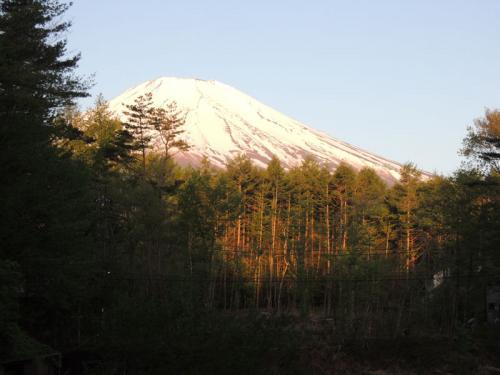 頭に雲がかかっていない富士山。