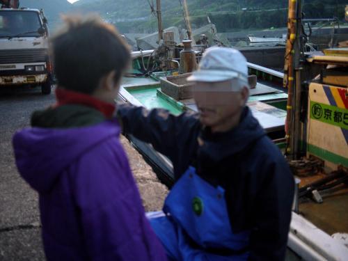 早朝5時前、竹野漁港到着。<br />いよいよ、定置網漁に出発です。<br />こちらは漁師の西口さん。<br />よく来たなぁ!!とあたたかく歓迎してくださり、今日は満月に近いお月様と朝日が同時に見える最高の日やで、と。<br />