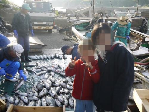楽しかった漁から帰ってきました。<br />港で、漁師さんのお仕事を見学し、市場に行くお魚たちをお見送りしました。<br />1時間以上も船に乗っていましたが、海が穏やかだったので、酔いもせず、快適でした。