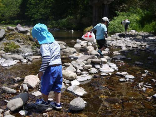 ゆっくり朝ごはんをいただいた後は、チェックアウトして、近くの川へ。<br />小さい魚やカニがいました。<br />川の上流なので、冷たい冷たい。<br />水遊びは夏のほうが満喫できそうですね。