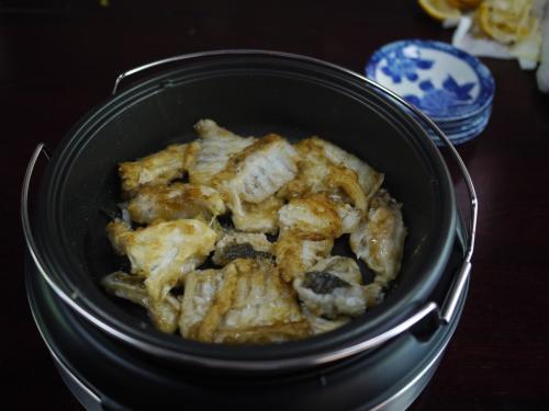 お寿司の準備をしている間、お腹すくでしょう、とイカやスズキの竜田揚げを作ってもらいました。<br />生姜醤油で、これがまたおいしい〜。<br />ホットプレートで、なくなったら即補充してくださる。<br />次男坊と私は、食べまくり、お寿司の前にすでに満腹状態。