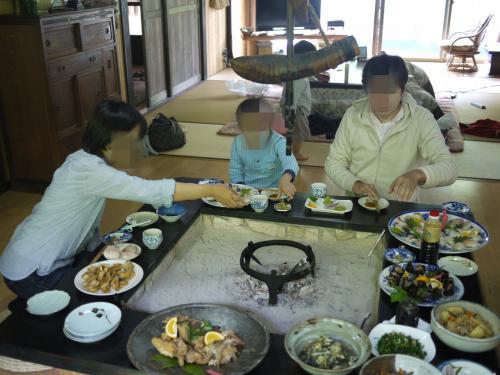 朝ごはんは、お寿司の他にも、鯛のあらだきや山菜や野菜の煮物、きのこのおすましなど、栄養満点健康食。<br />女将さんたちが大切に育てたお野菜や山海の恵みを存分にいただきました。満足♪