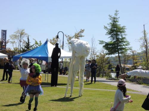 背の高い男の人と背の高い羊もいた。