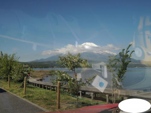 駐車場に入るまでの間に、山中湖と富士山が見えていた。