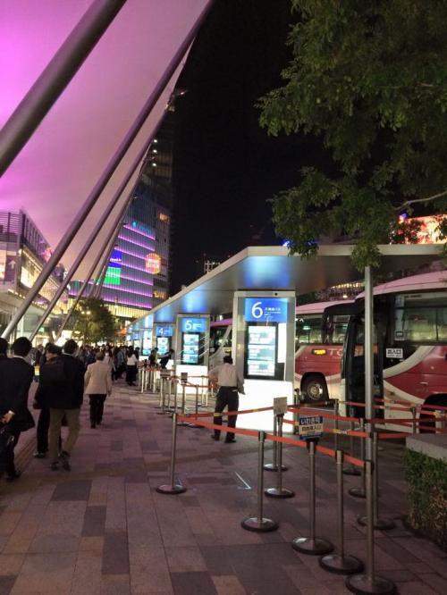 飛行機のチケットがまさかのとれてなくて、問い合わせしたら支払いがコンビニ支払いになっていて翌日に支払いしなかったためにキャンセルになっていたことが判明!<br />この行く気満々の心はどうしてくれようか!!!!と急遽バスで行くことにしました!<br />東京駅へ!皆これからどこかに行く人ばかりでわくわくしてる感じがあり、これはこれで面白い。