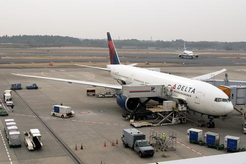 残念ながらチェックイン時は事前指定座席の搭乗券でした。<br /><br />出国審査を済ませば後はラウンジで搭乗を待つだけです。<br />USキャリアだからラウンジもしょぼいと思っていたのですが、結構飲み物や軽食類も整ってます。窓越しにスポットにこれから乗るB747、N663USが駐機してます。<br />10年前位なら成田空港にB747の姿は腐るほど見られたのですが、今空港を見渡しても双発機ばかり<br />こうやって機体を眺められるのは良いです。<br /><br />そろそろ搭乗開始なのでゲートに移動。搭乗時に当たりが出来るかかなと思ったけどハズレでした。