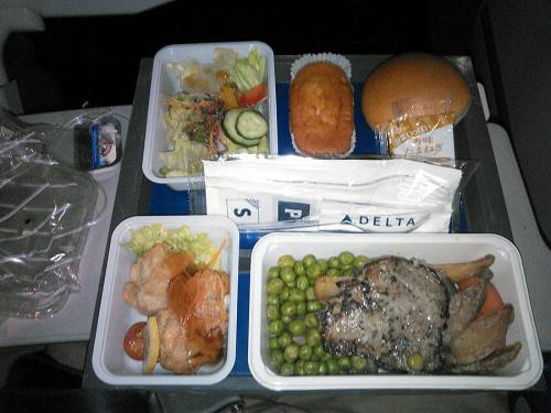 離陸後、夕食がサービスされました。<br /><br />デルタの機内食は米系キャリアでは、比較的マシな方と言われてますが、うーむこれはノースと変わらないなぁ・・・<br /><br />昔は、美味しい日本食がエコノミーでも食べられたのですが・・・