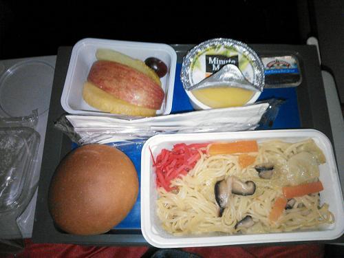 747は順調に飛行を続け、デトロイトには少し早着する様です。<br /><br />到着の1時間半前に朝食のサービスがあります。<br />朝食と言っても現地時間だと昼ですけど。<br /><br />オムレツと塩焼きそばの選択だったので塩焼きそばを選択。<br />味付けは悪く無かったけど麺がダメだなぁ<br />