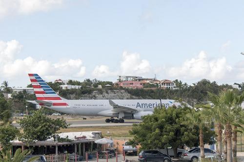 なんとか「アレグリアホテル」に到着してチェックイン。<br />部屋は空港側です。<br /><br />一番安いレートの部屋は空港側なんですけど、それで自分には充分です。<br /><br />うん。悪くは無いけどマホビーチは今一つ望めないないな。でもアプローチは眺める事が出来るし、離陸機も見えるし悪くはない感じ。<br />