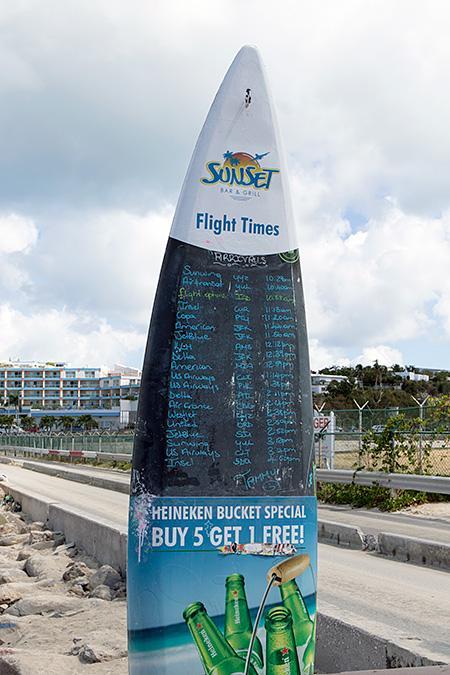 カリブ2日目、3月22日<br /><br />今日は一日マホビーチでスポッティングの予定です。と言うのも週3便しか来ないKLMのジャンボ運航日です。これを逃す手はありません。<br /><br />SXMにやってくるジェット旅客機は、朝方北米地域から飛んで来るので昼前まではトラフィックも少ないので、それまでにFlightRader24で今日のスケジュールと機材をベランダチェアに座ってオレンジジュースを飲みながらチェックするなんてなんてリゾートなんだろう(笑)<br /><br />どうやら全般的に定刻より早着する感じです。<br />じゃあ早めにマホビーチに繰り出すかと10時過ぎにSunset Bar&Girllに行くと、既にビーチ側のスポッター席は埋まっており流石、KLMがある日だなぁと席を探すと後方の突出し席が空いていたので、そこに陣取ることにします。<br /><br />Sunset Bar&Girllには今日のフライトスケジュールが書かれたサーフボードがあり、到着予定時刻が判りますがその後の変更もあるので、スマホでFlightRaderをチェックしつつ、やって来る飛行機を確認します。<br /><br />