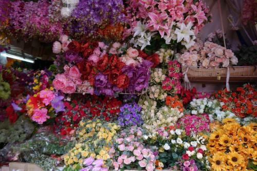 チャトゥチャックは造花から生花、動物までなんでも売ってます。