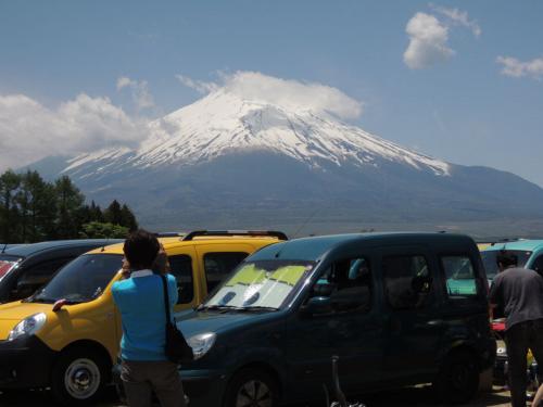 この時点では、まだ富士山の頭に雲が掛かっている。