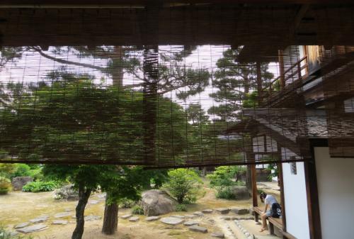 『大広間』の廊下からの眺めた、簾(すだれ)越しの庭の光景です。右手に見える建物は、郡代の役宅の一部です。