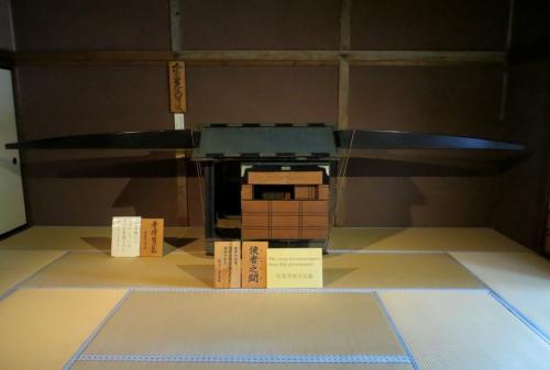 籠が置かれた『使者の間(ししゃのま)』の光景です。『使者の間』の広さは15畳、使者の控え室ですが、内命を伝える時などにも使用されました。置かれている駕籠は、寺院からの借り物の『寺僧駕籠』と紹介されていました。