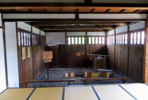 『吟味所』の畳の上から眺めた『御白洲(おしらす)』の光景です。建物は再建されていませんが、『仮牢』が併設されていました。高山陣屋には『仮牢』がなかったため、もともとは薪小屋だった建物を『仮牢』と使用していたようです。