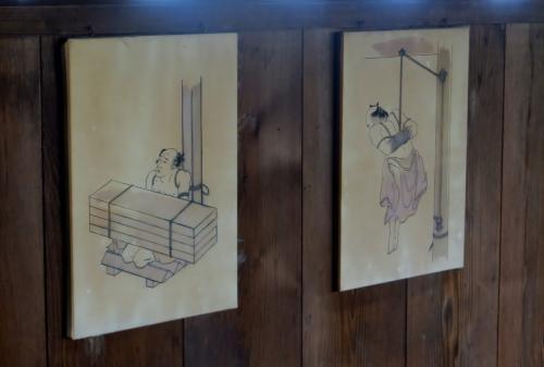 イラストで解説された、『御白洲』での取り調べ光景です。一言でいえば、拷問です。40キロの石4枚を載せられたら、足の骨は砕けるかもしれません。