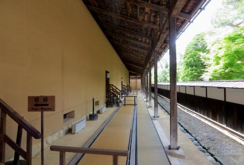 最後の見学場所となった、『御蔵(おんくら)』の側面光景です。庇の長い壁面に沿って、最後の展示品がありました。