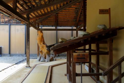 『順路』の表示が取りつかられた展示品は、『石置長榑葺(いしおきながくれぶき)』と呼ばれる板葺き屋根の模型です。大きな石が載せられているのが特徴です。