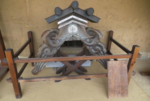 『鬼板』の展示と、その説明プレートです。平成8年(1996年)の玄関と御役所の葺き替えにより不要となった古い鬼板の展示でした。