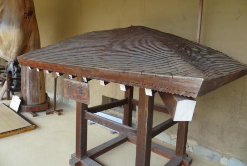 『柿葺(こけらぶき)・玄関の庇』の表示があった展示品です。杮葺(こけらぶき)は、屋根葺手法の一つで、木材の薄板を用いて施工するものです。板葺(いたぶき)の代名詞にも使われます。