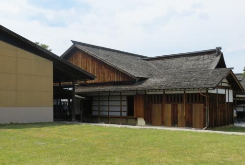 左手に見える建物は『御蔵(おんくら)』、芝生部分が再建されていない『五番蔵』〜『八番蔵』の敷地跡です。『一番蔵』〜『四番蔵』と『九番蔵』〜『十二番蔵』が再建されています。