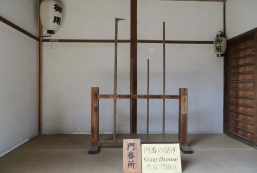 『御門』の中にある『門番所』の光景です。捕り物の小道具として、左から鳶口、四尺五寸棒2本と、六尺棒が展示してありました。『御用』の提灯もありました。