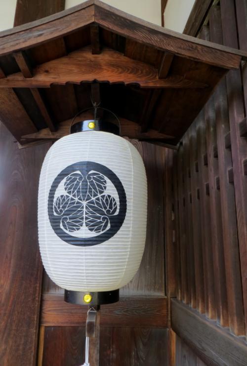 『御門』の提灯です。江戸幕府直轄の陣屋でしたから、徳川家の三つ葉葵の御紋です。葵紋(あおいもん)は、ウマノスズクサ科のフタバアオイを図案化したものです。