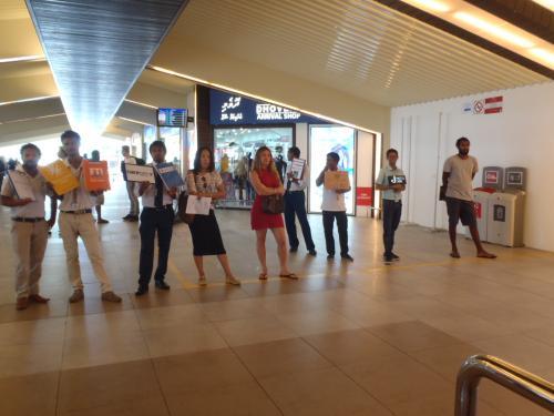 正面に各旅行会社の送迎係員が待っています。<br />小さい空港なので見逃すことはありませんので<br />ご安心ください。<br />