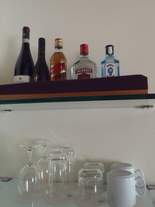 上の方にあるハードリカーは滞在中楽しめるように、<br />ちょっと大きめのボトルです。