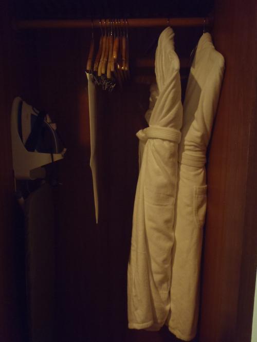 クローゼットの中にはこれまた厚手で手触りのよいバスローブが!<br />さすがシェラトンです!