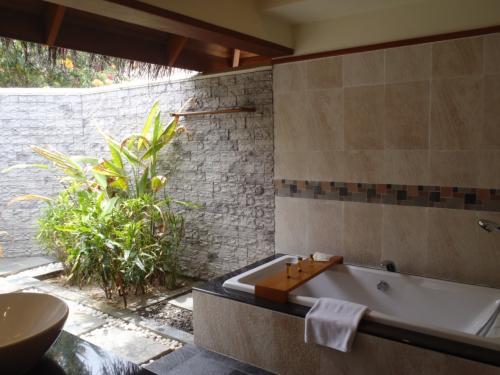 バスルームは半屋外で広々!<br />もちろんバスタブもあります。