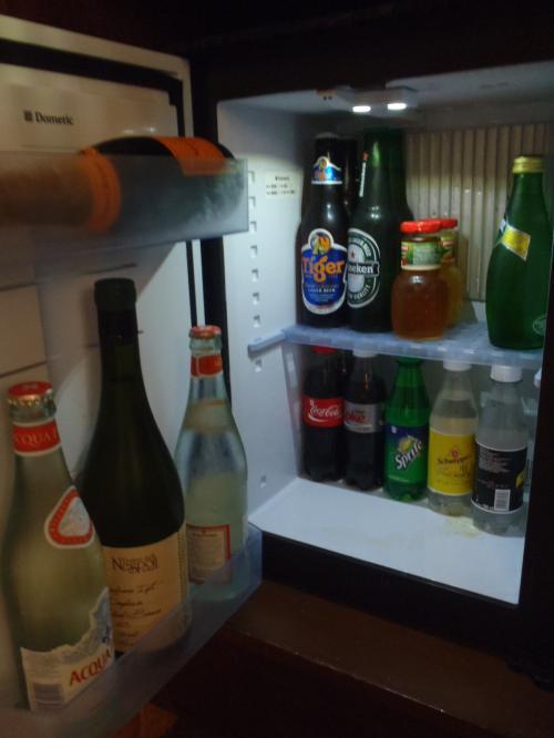冷蔵庫の中身をチェック!<br />一番お高いものから発表しますと、<br /><br />シャンパンのハーフボトルUS$90-<br />缶ビールUS7-<br />ペリエUS$6.5-<br />コーラUS$4.5-<br />カップラーメンUS$4-