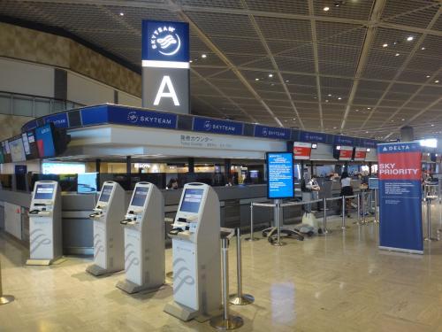 成田国際空港第1ターミナル 北ウイング 4F<br /><br />デルタ航空のチェックインカウンターの写真。<br /><br />いつもは全日空便を利用しますが、今回のハワイ旅行は約2週間前に予約をしたため、<br />飛行機には特にこだわりませんでした。<br /><br />その代わり、ワイキキでの滞在先は前回のハワイ旅行時<br />(モアナ サーフライダー ウェスティン リゾート&スパ宿泊)から決めていた<br />ラウンジアクセス付きの『シェラトン・ワイキキ』にこだわりました。<br /><br />デルタ航空も事前座席指定ができました。
