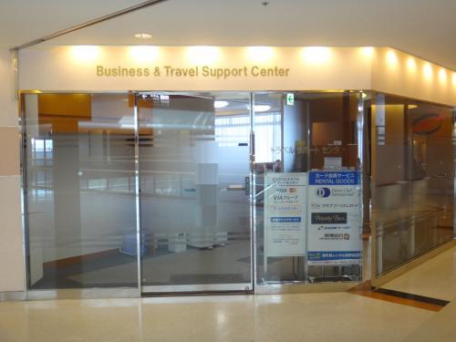 成田国際空港第1ターミナル 中央ビル5F<br />『ビジネス&トラベルサポートセンター(TEIラウンジ)』<br /><br />毎回載せていますが、出国手続き後の空港ラウンジへ行く前に<br />成田国際空港第1ターミナルにある各提携クレジットカードの<br />ゴールド会員の方を対象としたラウンジ(2箇所)に立ち寄ります。<br /><br />先ずは、『ビジネス&トラベルサポートセンター(TEIラウンジ)』です。<br /><br />プライオリティパスでも入れます。<br />有料ですが提携クレジットカードを持っていない方でも2時間1,300円で<br />利用出来ます。(7時〜21時)<br /><br />http://www.t-e-i.co.jp/business/airport/<br /><br />http://www.narita-airport.jp/jp/guide/service/list/svc_61.html