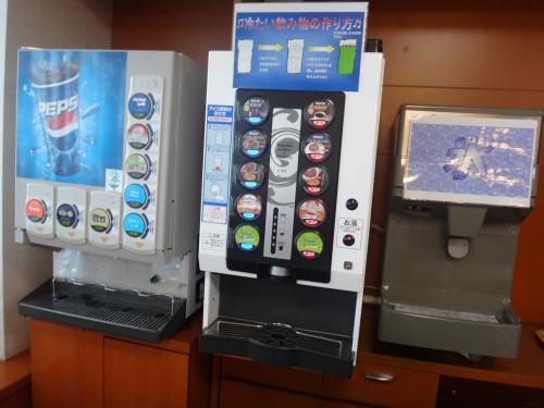成田国際空港第1ターミナル 中央ビル5F<br />『ビジネス&トラベルサポートセンター(TEIラウンジ)』<br /><br />無料のソフトドリンクコーナーの写真。