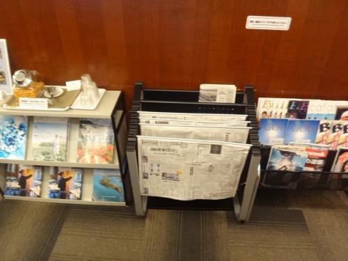 成田国際空港第1ターミナル 中央ビル5F<br />『IASS Executive Lounge 1』<br /><br />アイ・エー・エス・エス エグゼクティブラウンジ内の写真。<br /><br />新聞、雑誌が置いてあります。<br /><br />おつまみもアルコールを飲まない方もフリーでいただけます。