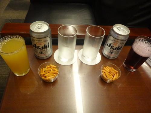 アイ・エー・エス・エス エグゼクティブラウンジで無料でいただいたものの写真。<br /><br />缶ビール、アップルジュース、グレープジュース、柿の種。<br />
