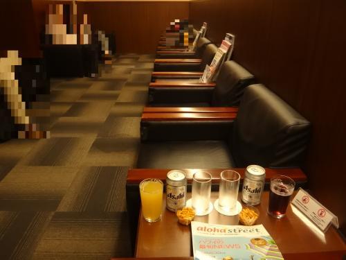 成田国際空港第1ターミナル 中央ビル5F<br />『IASS Executive Lounge 1』<br /><br />アイ・エー・エス・エス エグゼクティブラウンジ内の座席の写真。<br /><br />嬉しいことにハワイの総合情報ポータルサイト「アロハストリート」が無料で貰えました。<br /><br />これからハワイに旅立つので、お得なクーポンがないかチェックします。