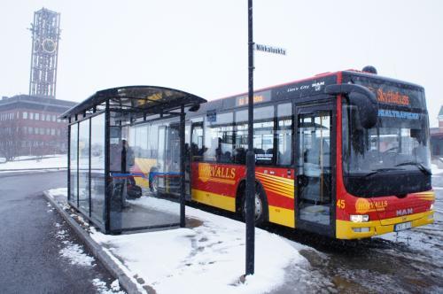 キルナのバス停(Kiruna busstation)と鉱業通り(Gruvvägen)<br />列車の乗客がバスに乗り次第出発したので、出発と到着が10分早まり、バス停に11:13に着きました。<br /><br />http://resrobot.se/