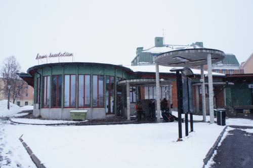 キルナのバス停(Kiruna busstation)の待合室と鉱業通り(Gruvvägen)