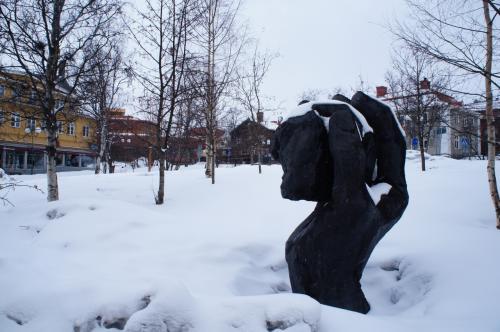 トップレベルのICA(ICA Nära Toppen)と協会通り(Föreningsgatan)<br />鉄鉱石を持った手のモニュメントがあります<br /><br />http://www.ica.se/butiker/nara/kiruna/ica-nara-toppen-139/start/