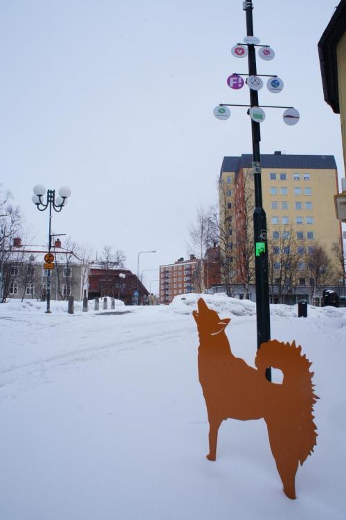 インタースポートキルナ(Intersport Kiruna)と協会通り(Föreningsgatan)<br />キルナの所々に、犬のパネルがあります<br /><br />https://www.intersport.se/vara-butiker/kiruna