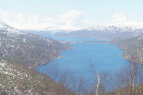 オフォート湾(Ofotfjorden)とロンバックス橋(Rombaksbrua)